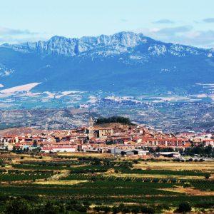 Navarrete visto desde el cerro de las bodegas de Medrano. Detrás se aprecia la localidad de Laguardia en lo alto de una colina. Como telón de fondo se alza la Sierra de Cantabria