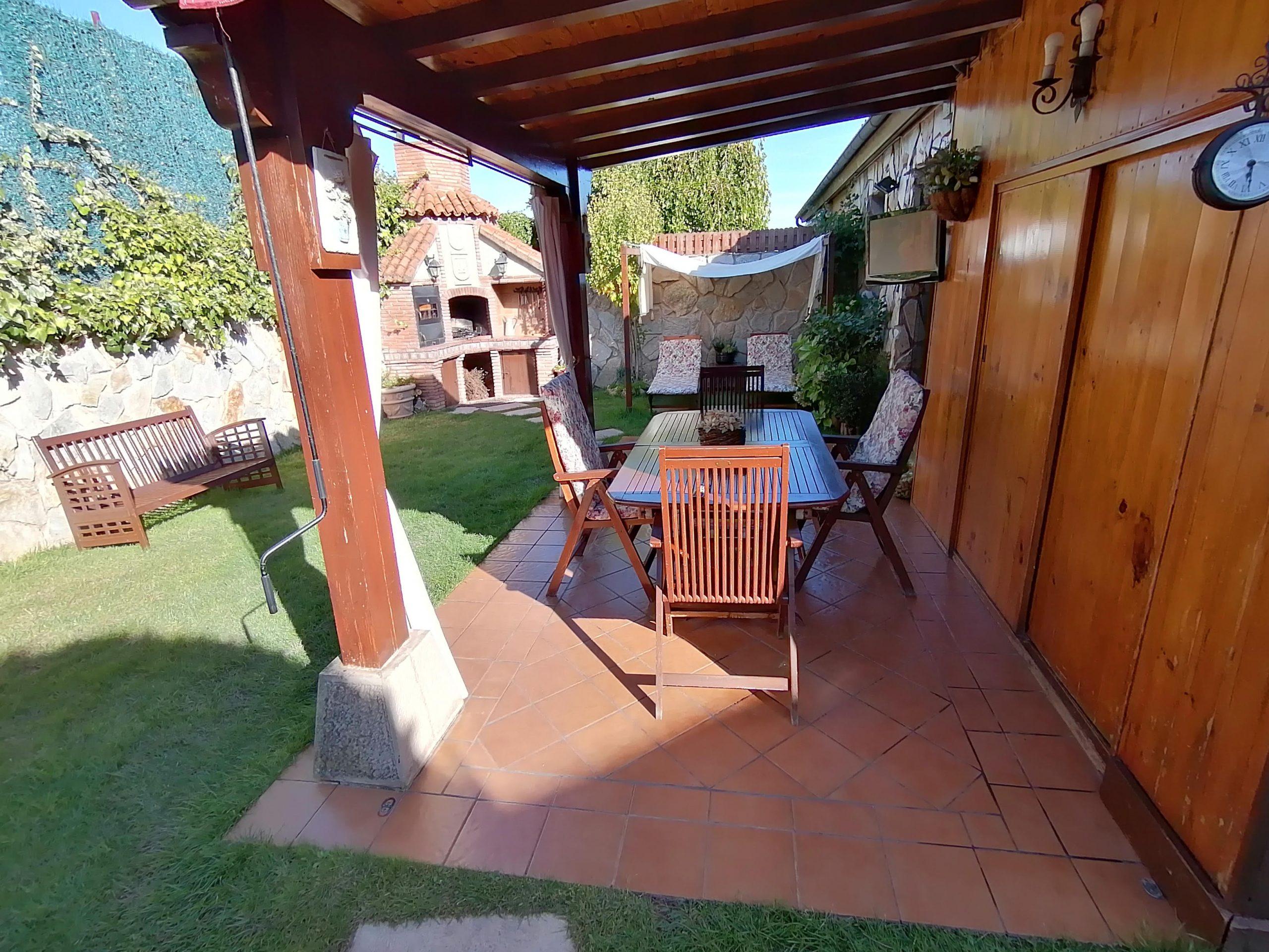 El aréa exterior para comida en el sombra, casa rural Casa Saleros, Navarrete, La Rioja