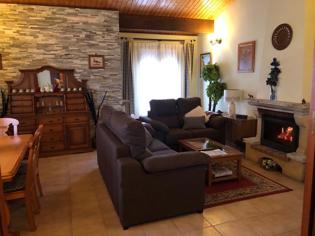 El acogedor el salón con chimenea Casa Saleros, Navarette, La Rioja