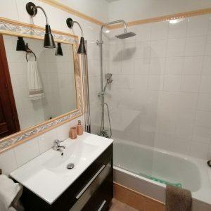 Baño con ducha y bañera - Casa Saleros