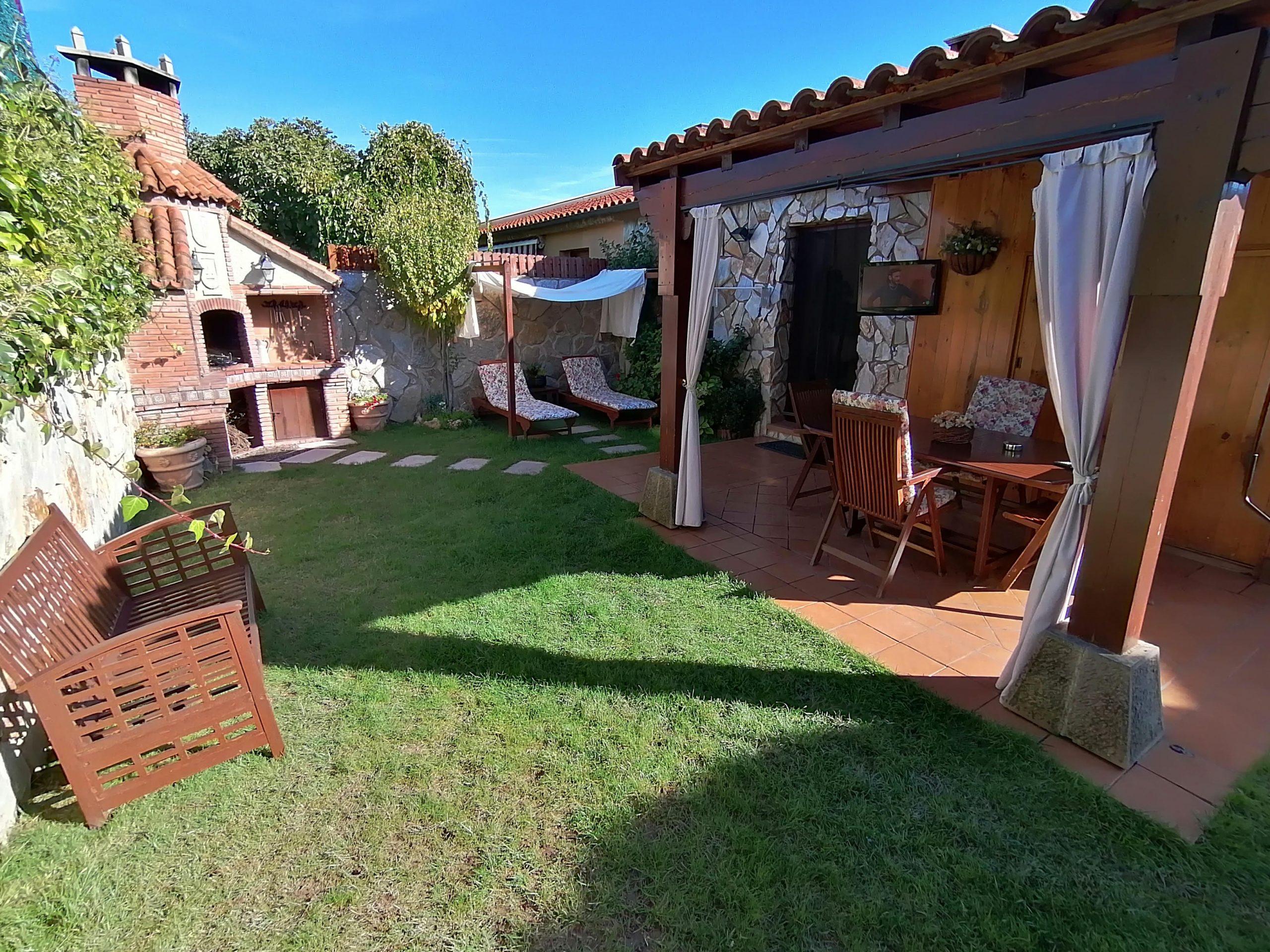 El jardin bonito con fontana y mueble de jardín. Casa Saleros en Navarette, La Rioja