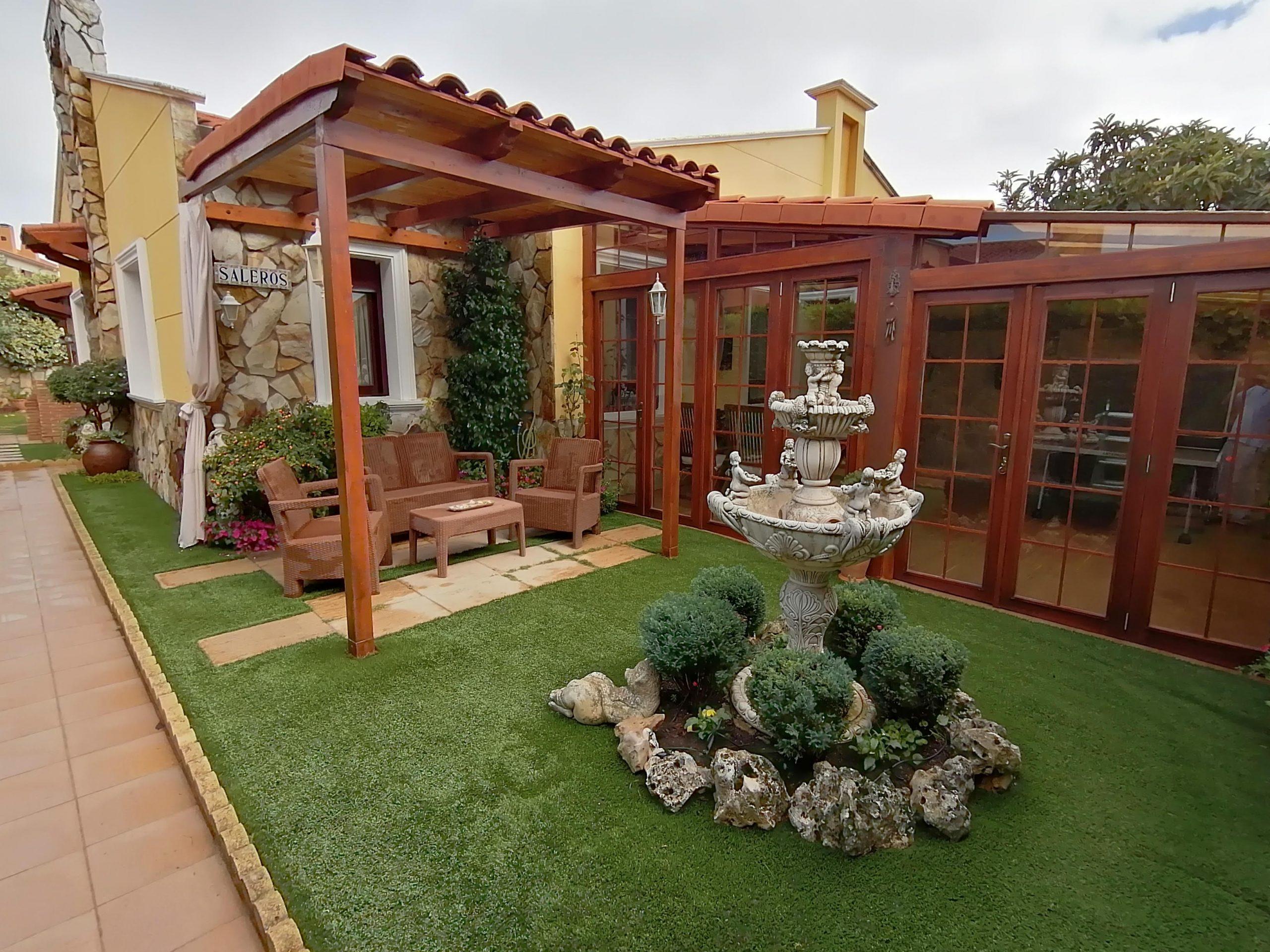 El jardin con fontana y mueble de jardín. Casa Saleros en Navarette, La Rioja