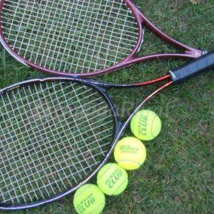 Jugar al tenis en la casa rural Casa Saleros, Navarrete, La Rioja